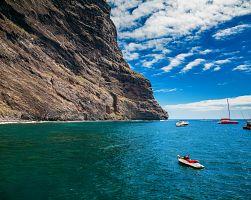 malebné pobřeží Los Gigantes