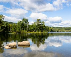 Lesní jezero v oblasti Nordmarka