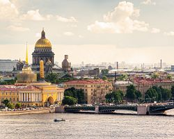 Pohled na Petrohrad, řeku Něvu a katedrálu sv. Izáka