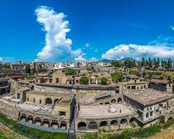 Panoramatický výhled na ruiny Herkulánea