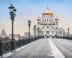 Zasněžený most k Chrámu Krista Spasitele