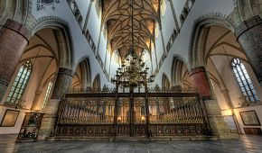 Interiér kostela Grote Kerk v Den Haagu