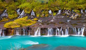 Vodopád Hraunfossar vlévající se do řeky Hvítá