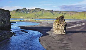 Pláže s černým vulkanickým pískem poblíž městečka Vík