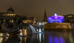 Fontány a noční Trafalgar Square
