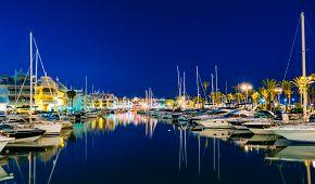 Benalmádena a její přístav s luxusními jachtami
