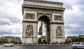 Francouzská vlajka značí blížící se oslavy v Paříži