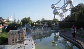 V parku Mini-Evropa uvidíte přes 300 zmenšenin nejznámějších památek, naopak Atomium představuje zvětšený model krystalové mřížky železa