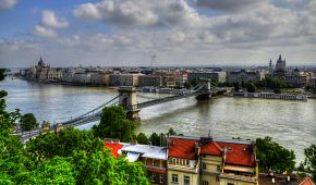 Pohled na Dunaj s Řetězovým mostem a Parlamentem