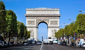 Bulváru Champs-Élysées vévodí Vítězný oblouk