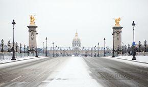 Invalidovna a Most Alexandra III. po sněhovou pokrývkou