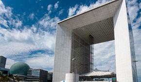 Dominantou moderní čtvrti La Défense je Archa