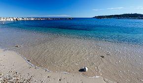 Nádherné pláže v okolí městečka Antibes