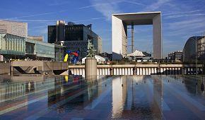 Moderní čtvrť La Défense s Vítězným obloukem