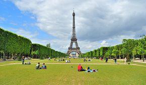 Piknik na Martových polích s výhledem na Eiffelovu věž