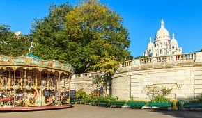Jeden z nejkrásnějších pařížských kolotočů u baziliky Sacre Coeur