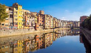 Barevné domky na nábřeží v Gironě