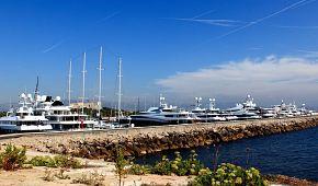 Pobřežní scenérie městečka Antibes