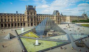 Nádvoří Louvru se slavnou pyramidou