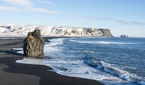 Černá pláž s vulkanickým pískem poblíž městečka Vík.