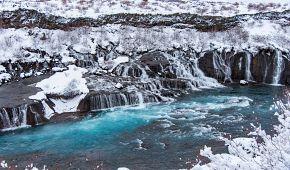 Pohled na vodopád Hraunfossar