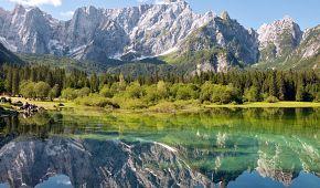 Jezero Lago di Fusine a v pozadí hora Mangart