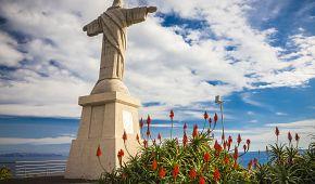Socha Krista tyčící se nad útesy