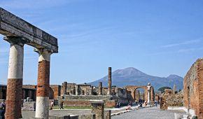Pompeje s výhledem na Vesuv