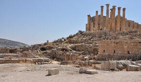 Pozůstatky románských pilířů ve městě Jerash