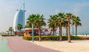 Veřejná pláž a promenáda nedaleko hotelu Burj Al Arab