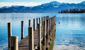 Dřevěné molo na jezeře Chiemsee