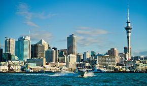 Panorama Aucklandu jemuž vévodí Sky Tower