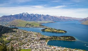 Panoramatický pohled na Queenstown, jezero Wakatipu a Remarkables v pozadí