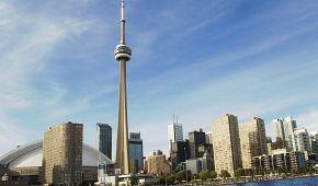 Světoznámá CN Tower ční nad Torontem