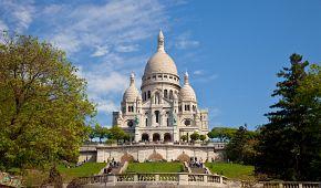 Bělostná bazilika Sacré Coeur je dominantou Montmartru