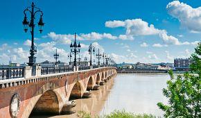 Most Pont de Pierre je symbolem města