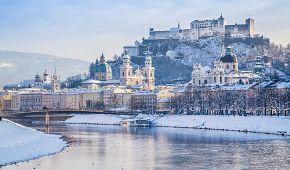 Pohled na historické město Salzburg s řekou Salicí