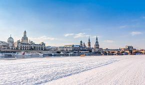 Řeka Labe v zimě s historickým městem Drážďany