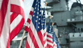 Americké vlajky na památníku v Pearl Harbor