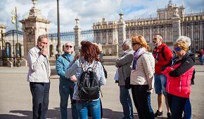 Naši cestovatelé s průvodkyní Markétou před Královským palácem
