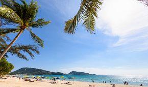 Pláž s bílým pískem Patong Beach