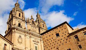 Barokní kostel Clerecía a Mušlový dům