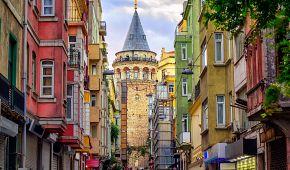 Galata z pohledu jedné z istanbulských uliček