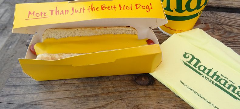 Hot dog od Nathan's Famous