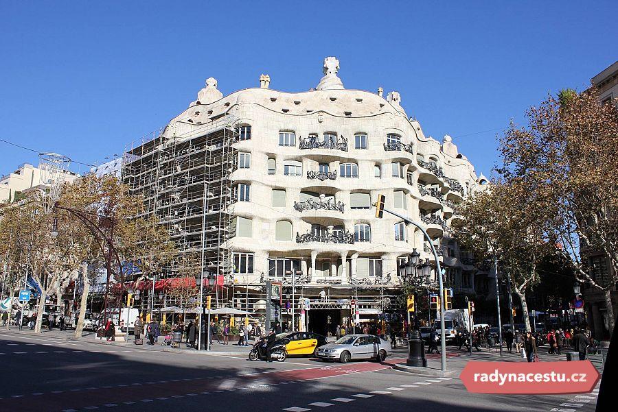 1ff1d96b6e Je to největší Gaudího činžák v Barceloně. Místní mu říkají