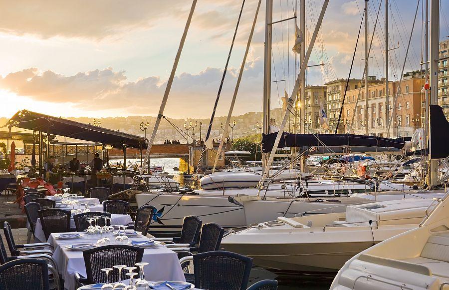 Neapol - posezení v přístavu