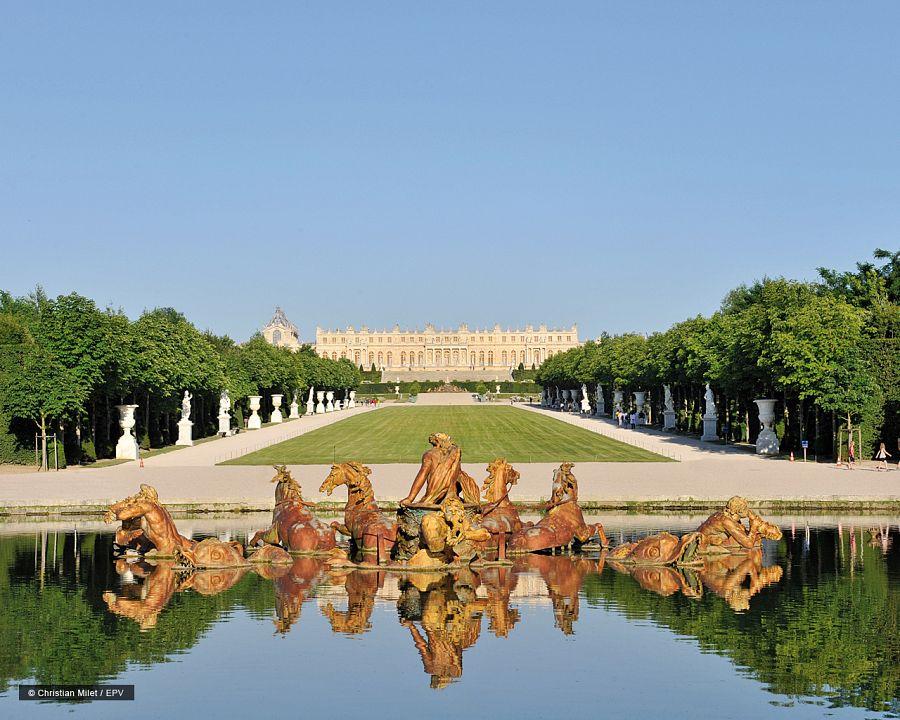 Zámek Versailles - zahrady s fontánou