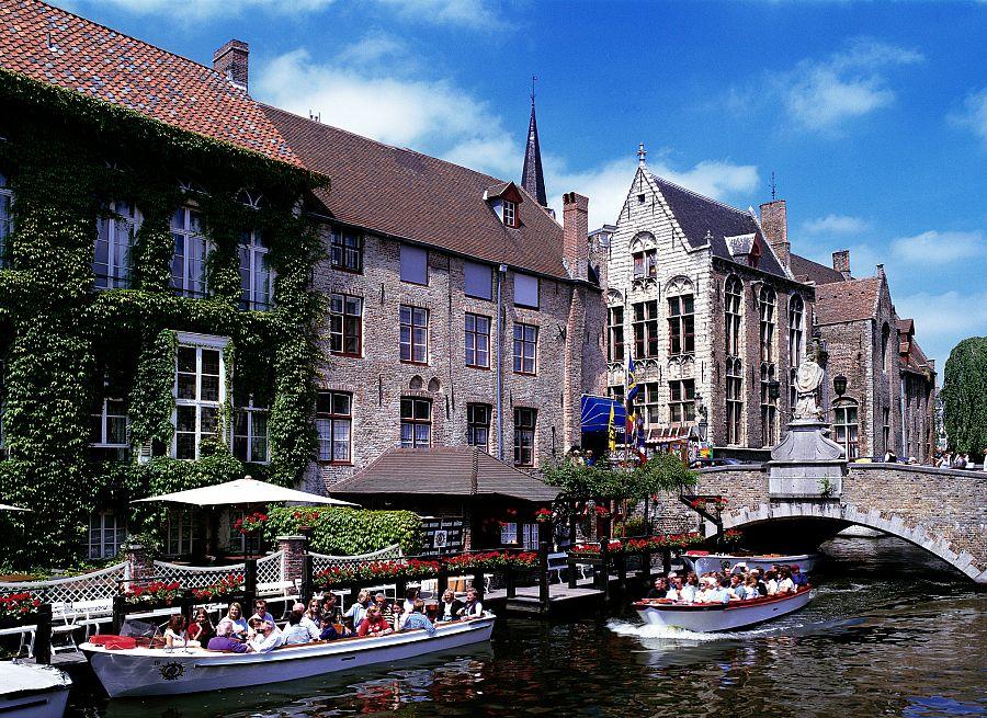 Brugge - turisti na lodičkách