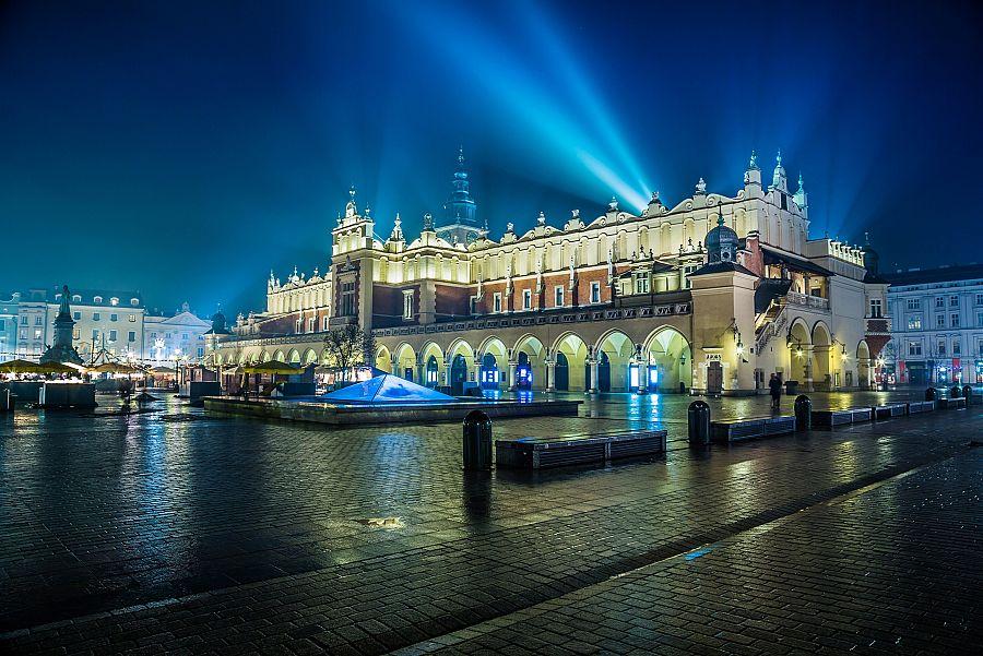 Krakov_advent_Sukiennica_Shutterstock.jpg