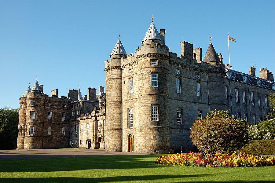 Edinburg_Holyrroo_palace_1.jpg